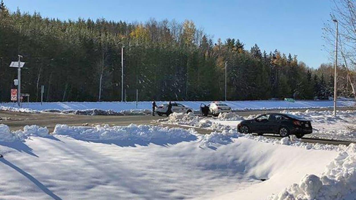 Des voitures de police sur une voie d'accès à la frontière
