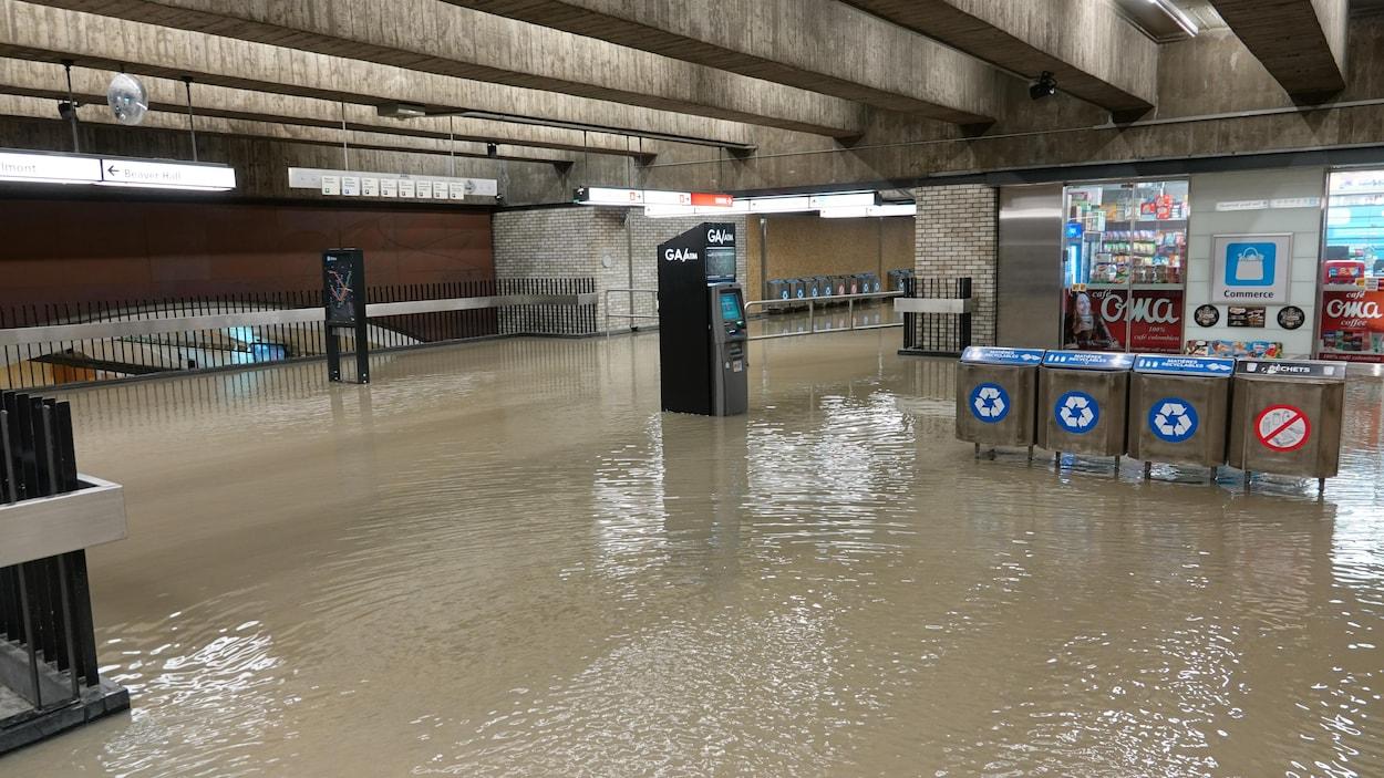 On ne voit plus le plancher de la station.