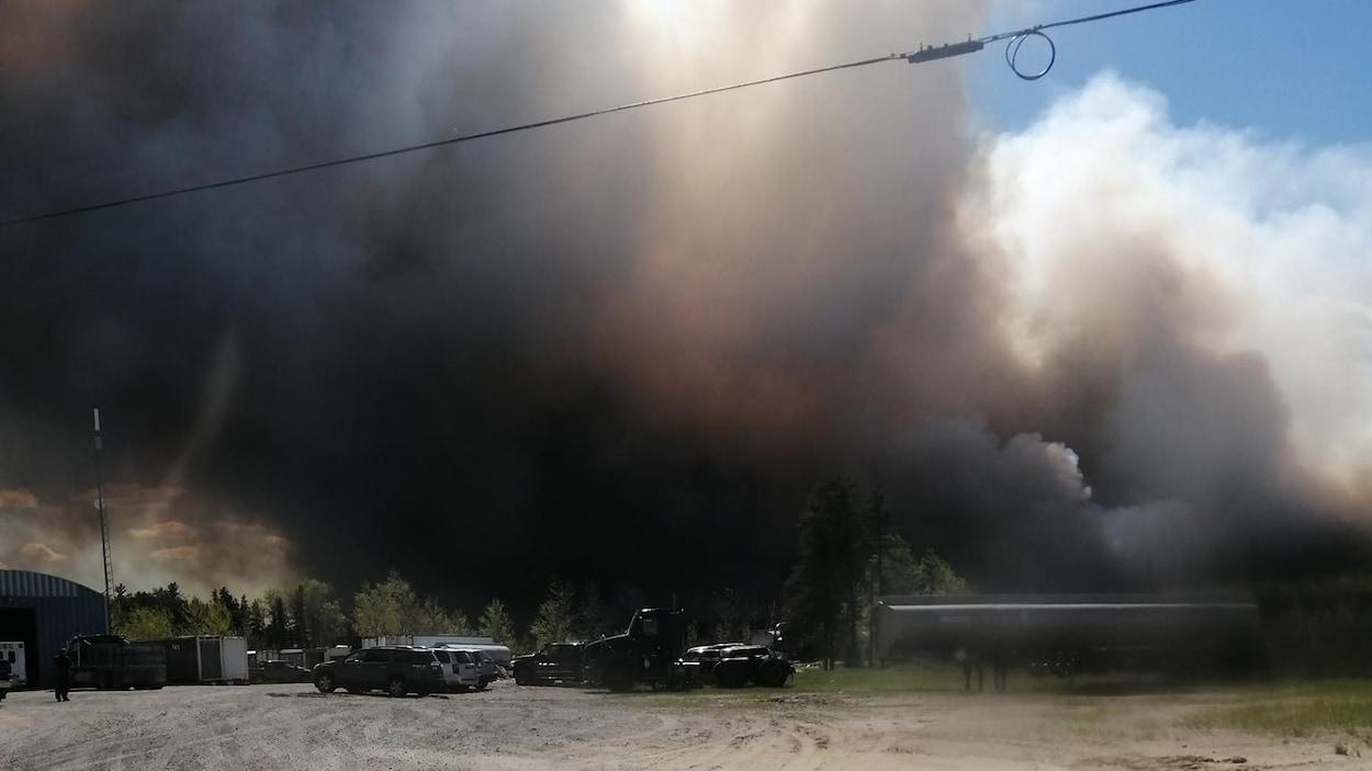 De la fumée causée par un incendie de forêt.