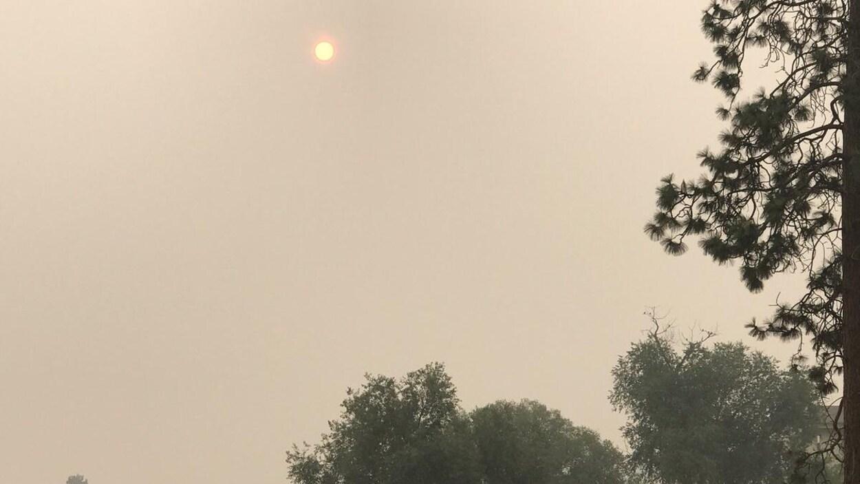 Le soleil perce difficilement la fumée des feux de forêt à Kelowna