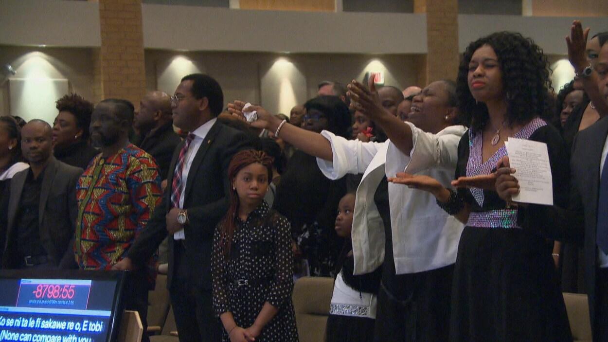 Des gens rassemblés dans une église.