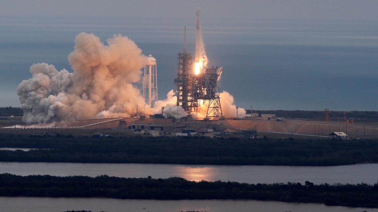 Une fusée Falcon 9, de l'entreprise SpaceX, a décollé du Centre spatial Kennedy, en Floride, le 19 février 2017.