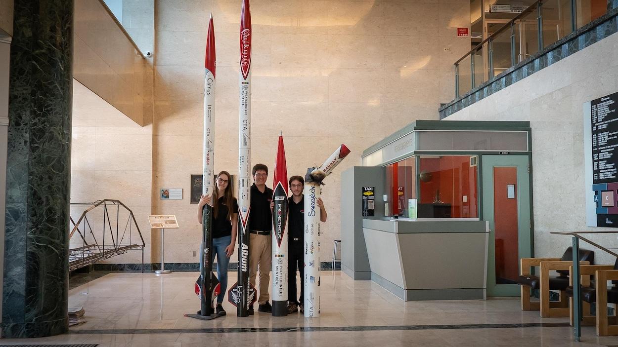 Les trois étudiants sont largement dépassés par leurs fusées.