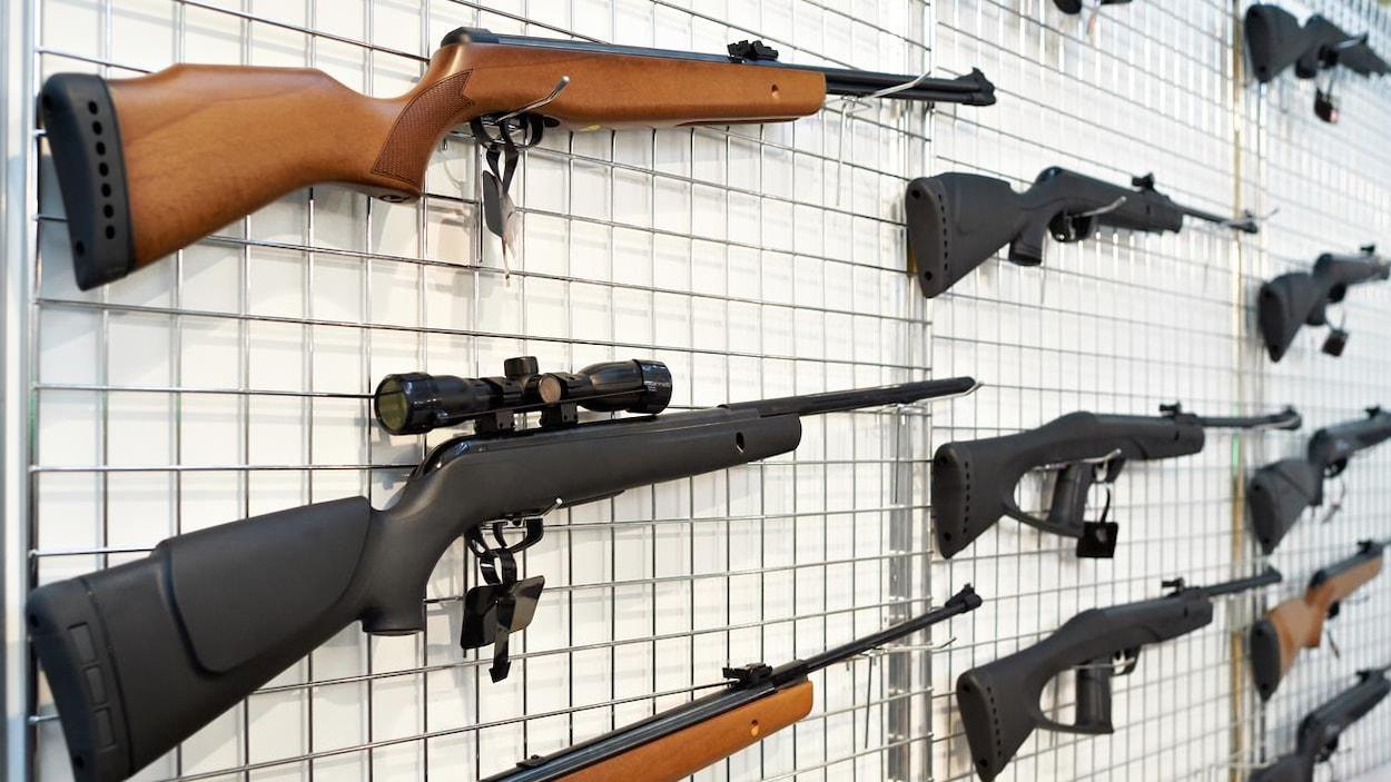 Des armes à feu.