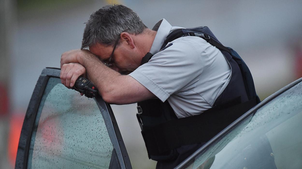 Un policier à côté d'une voiture