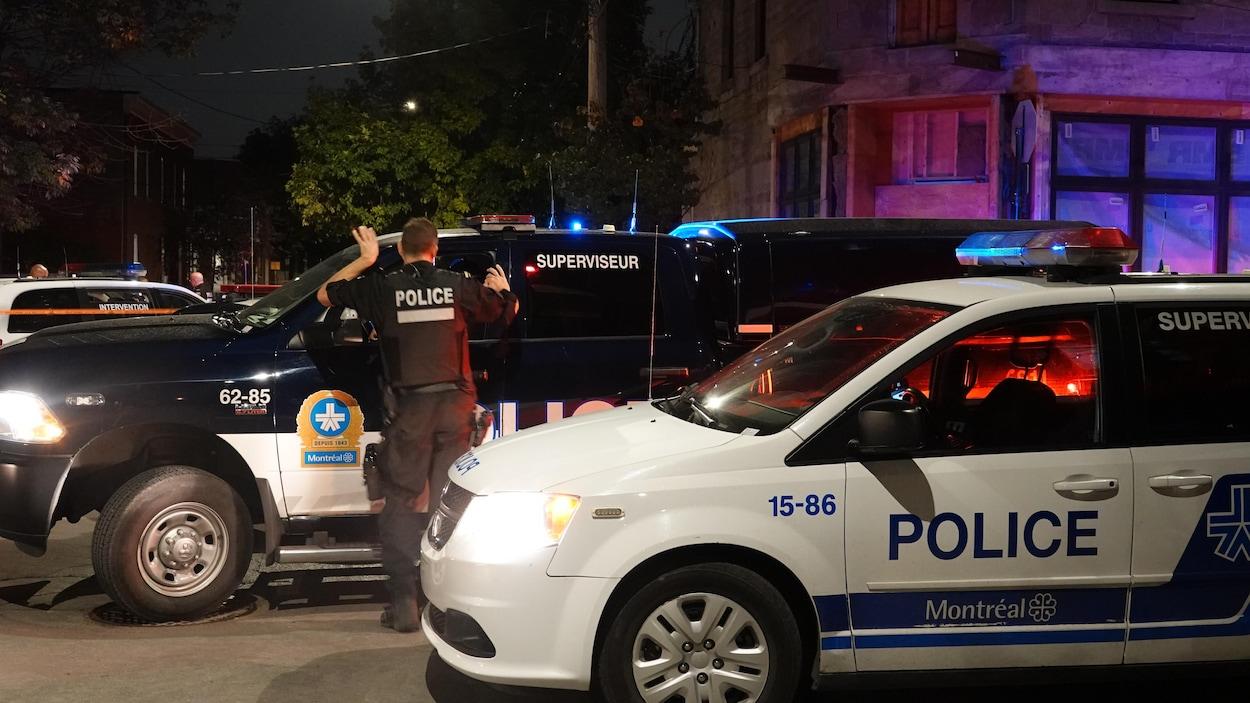 Deux voitures de police.
