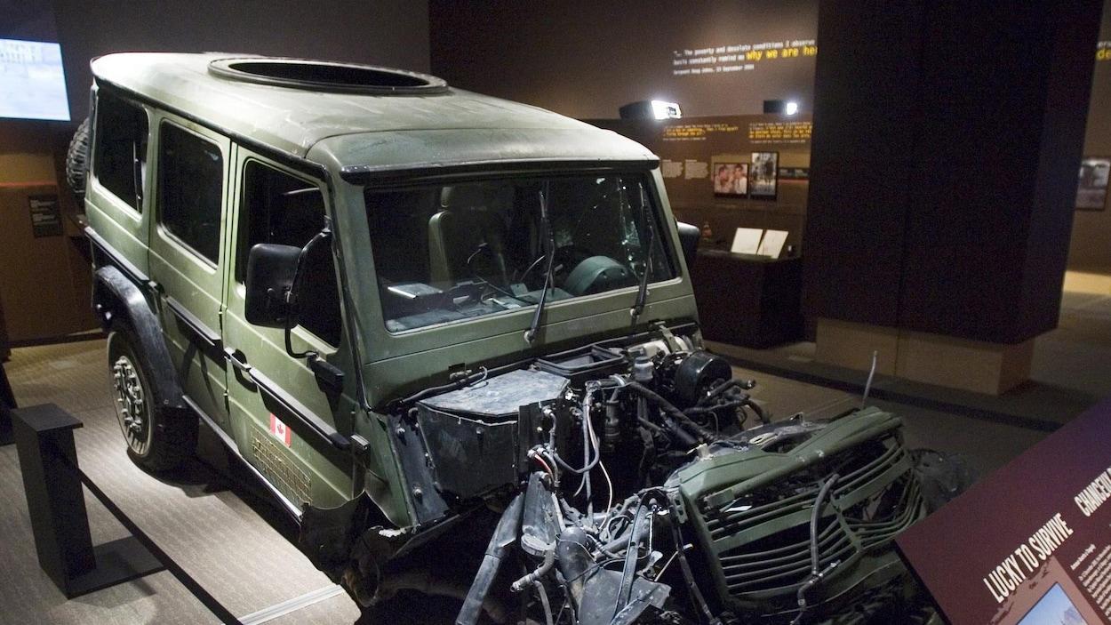 Un véhicule de type Jeep dont le devant est fortement endommagé.