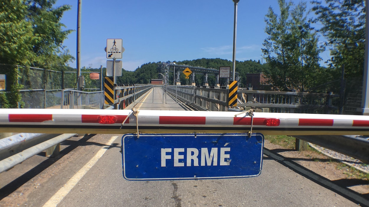 Une pancarte signale la fermeture du lien interrive sur le barrage de la Gabelle, qui relie Saint-Étienne-des-Grès et Notre-Dame-du-Mont-Carmel.