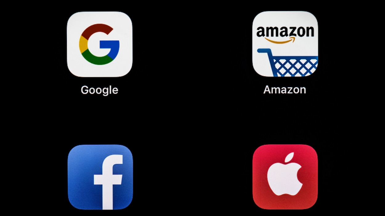 Les logos d'applications mobiles de Google, Amazon, Facebook et Apple sont visibles sur un écran noir.