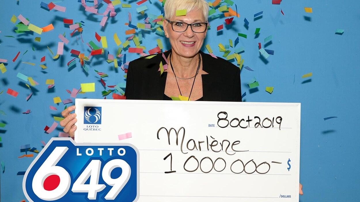 Marlène Hudon a reçu un chèque de 1 million de dollars.