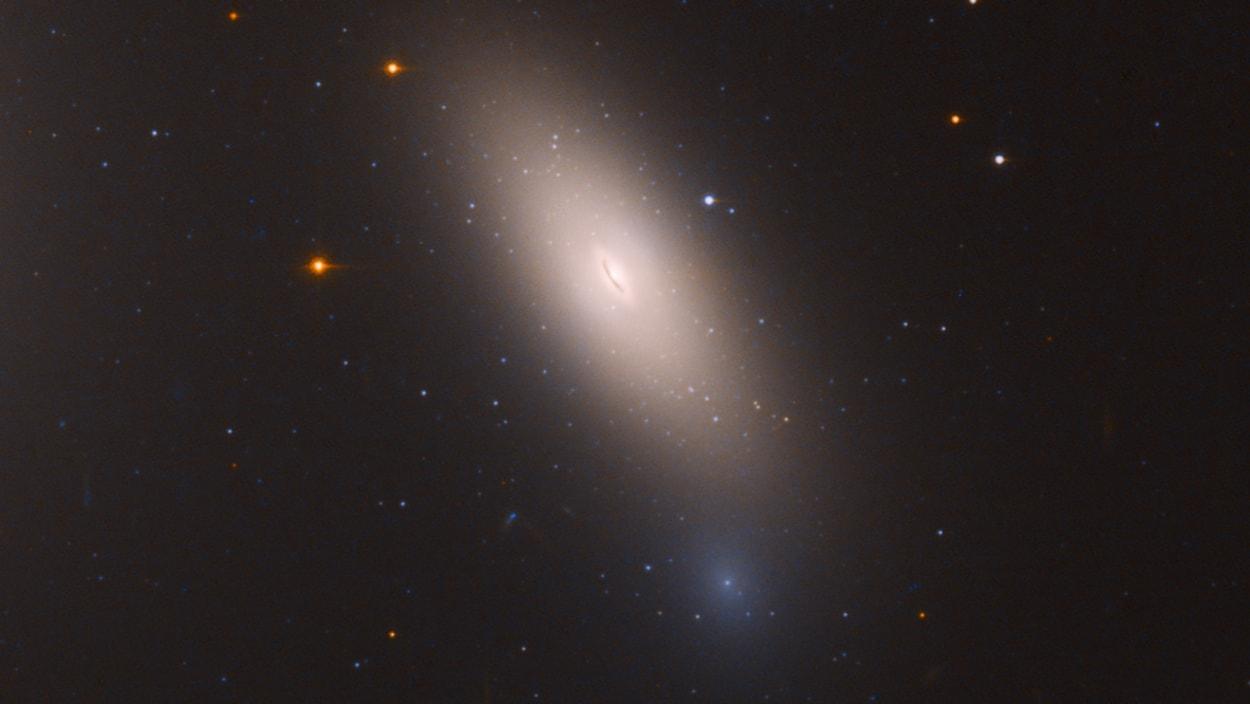 NGC 1277 telle qu'elle apparaît dans l'objectif d'Hubble.