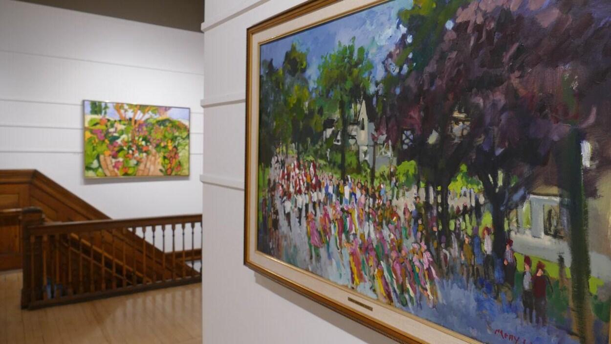 Une toile vue de près accrochée au mur d'une galerie d'art.