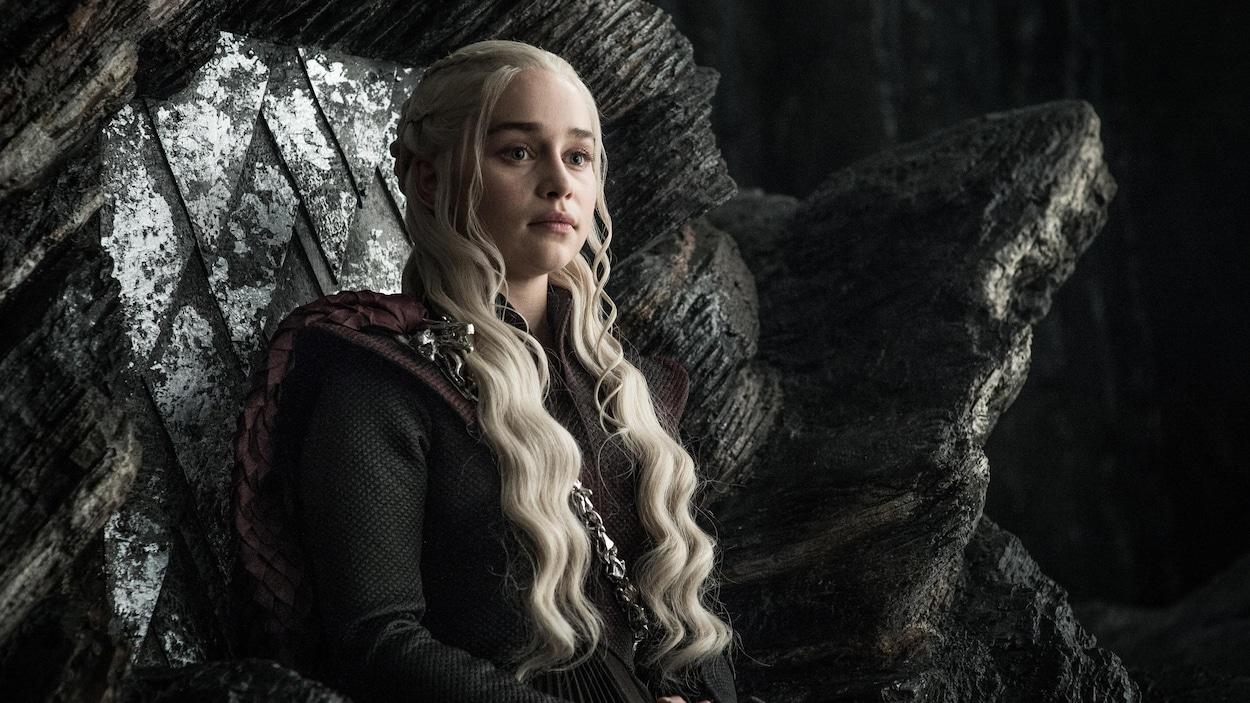 On peut voir Daenerys Targaryen (jouée par Emilia Clarke), l'une des principales protagonistes de la série «Trône de fer», assise sur un trône en pierre.