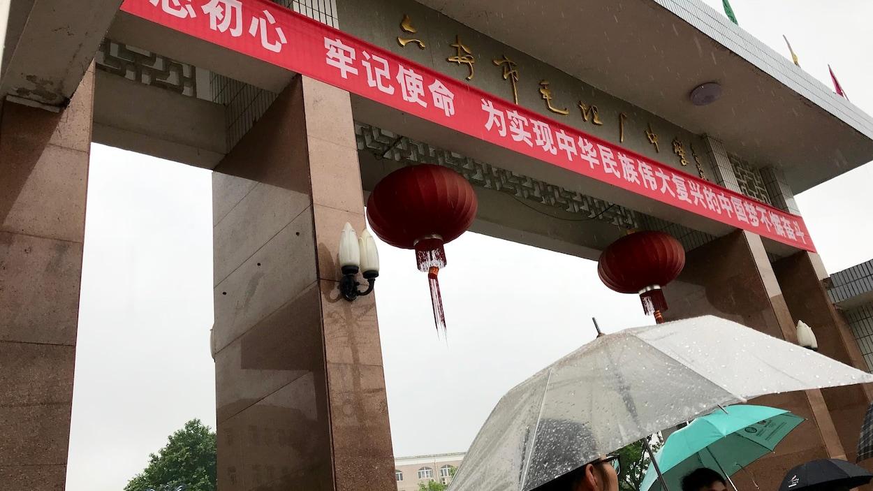 L'entrée principale de l'école secondaire de Maotanchang, surnommée l'usine à Gaokao. Mai 2018.