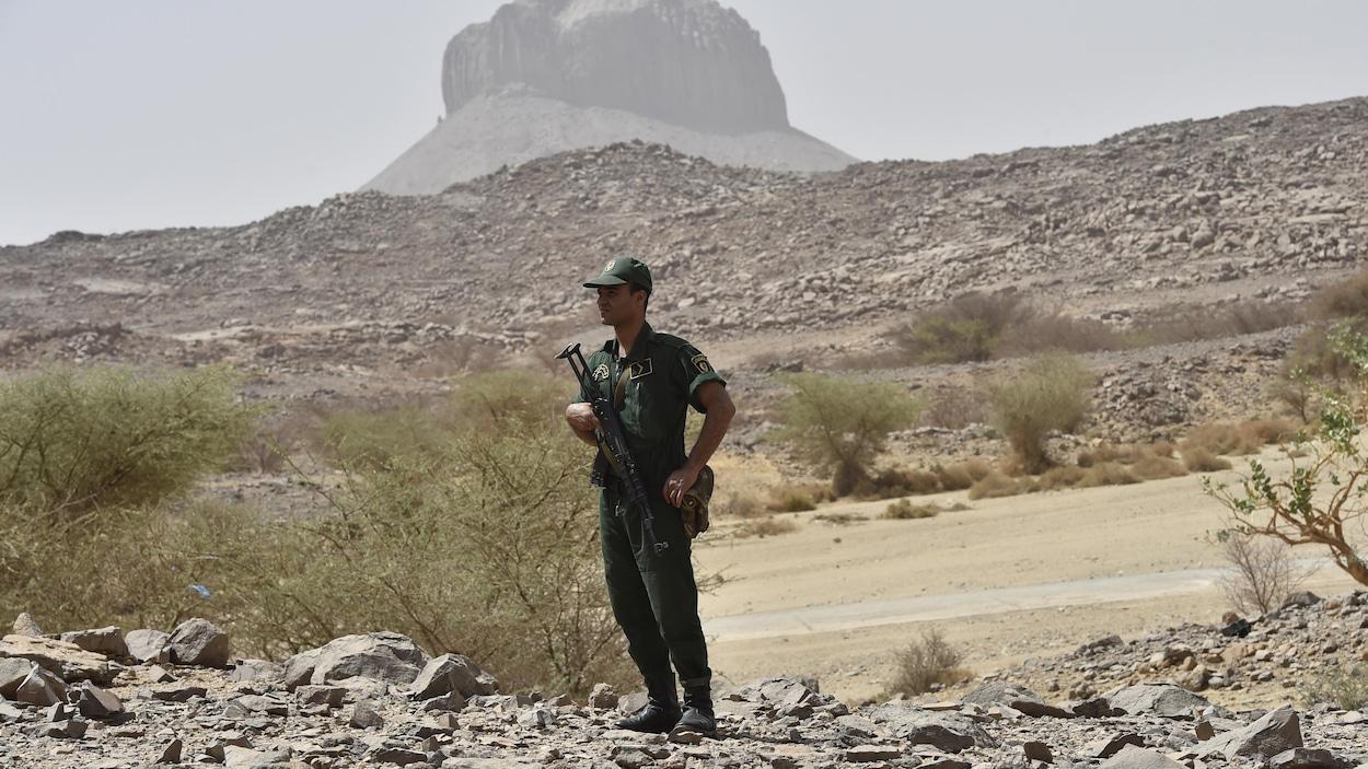 Un policier monte la garde.