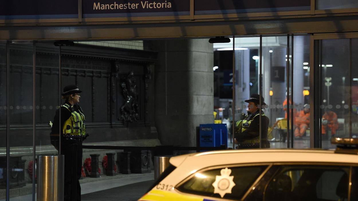 Deux policières aux portes de la station Manchester Victoria.