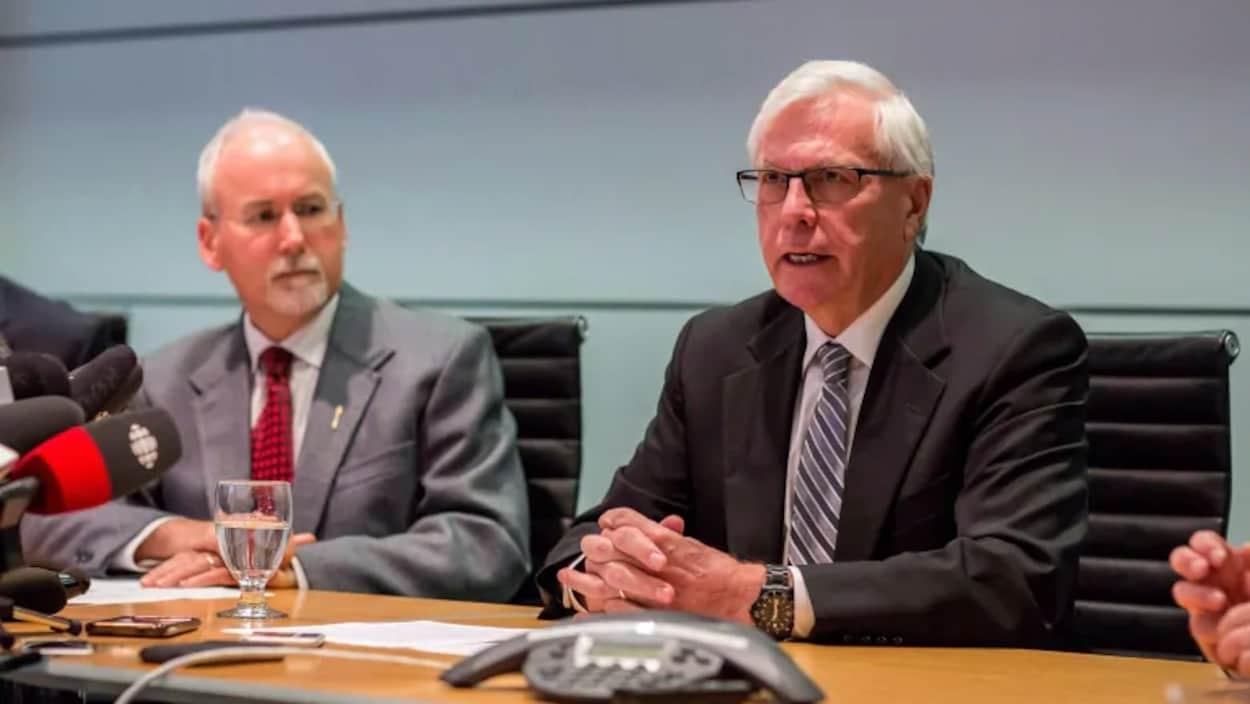 Deux hommes s'expriment lors d'une conférence de presse.