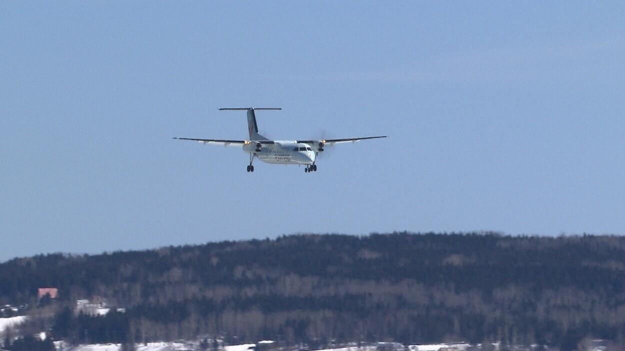 Un avion volant à basse altitude.