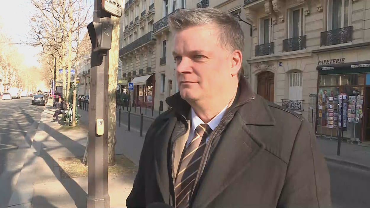 Robert Gauvin en entrevue dans une rue à Paris