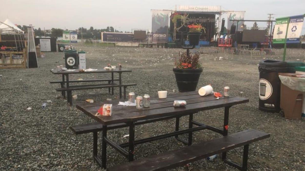 Cannettes, cartons, bouteilles d'eau: de nombreux déchets seront à ramasser après une soirée de spectacle