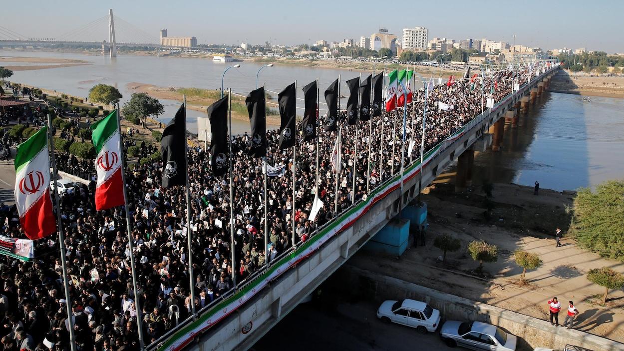 Une foule immense a complètement envahi l'un des ponts de la ville.