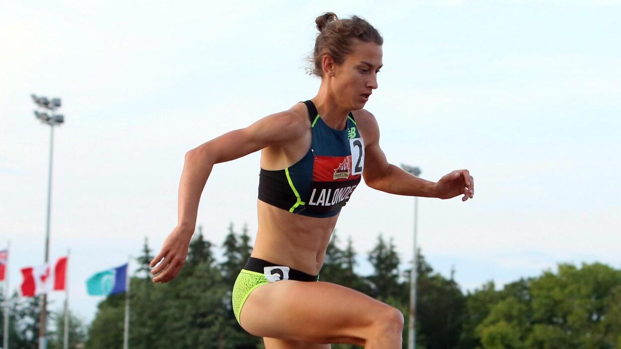 Geneviève Lalonde court le 3000 m steeple.