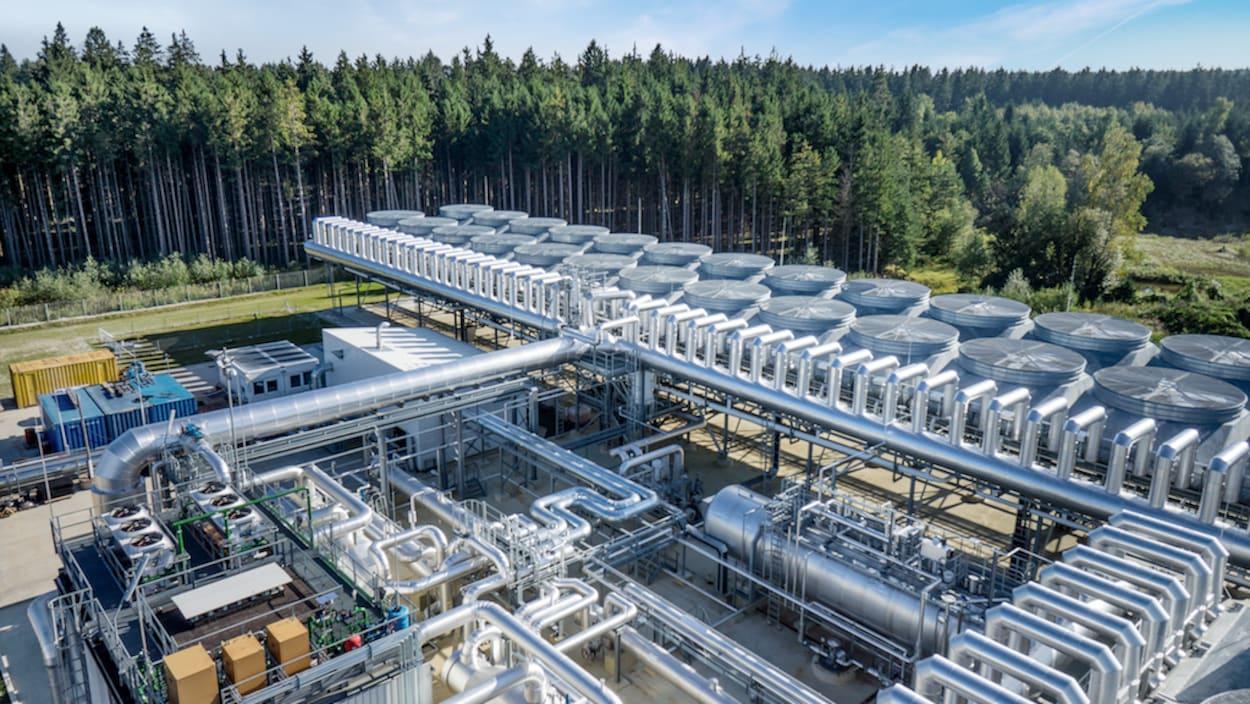 Centrale géothermique au milieu de la forêt