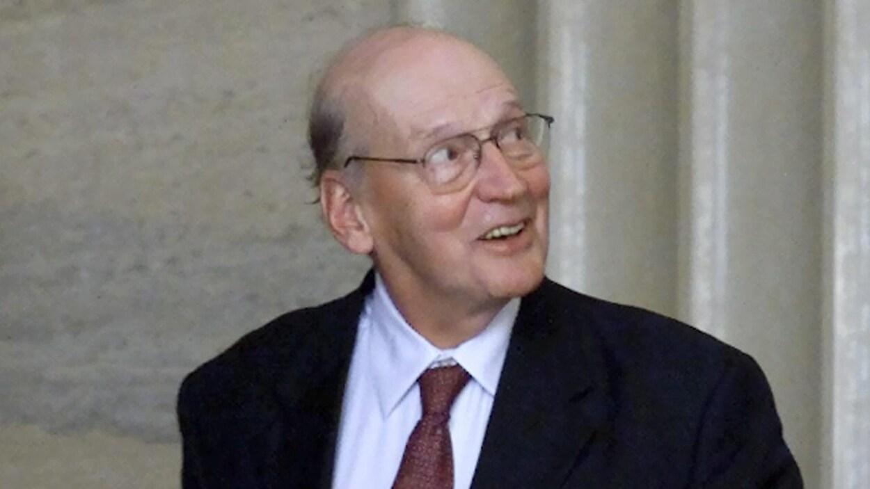 Gerald Regan sortant d'un tribunal.