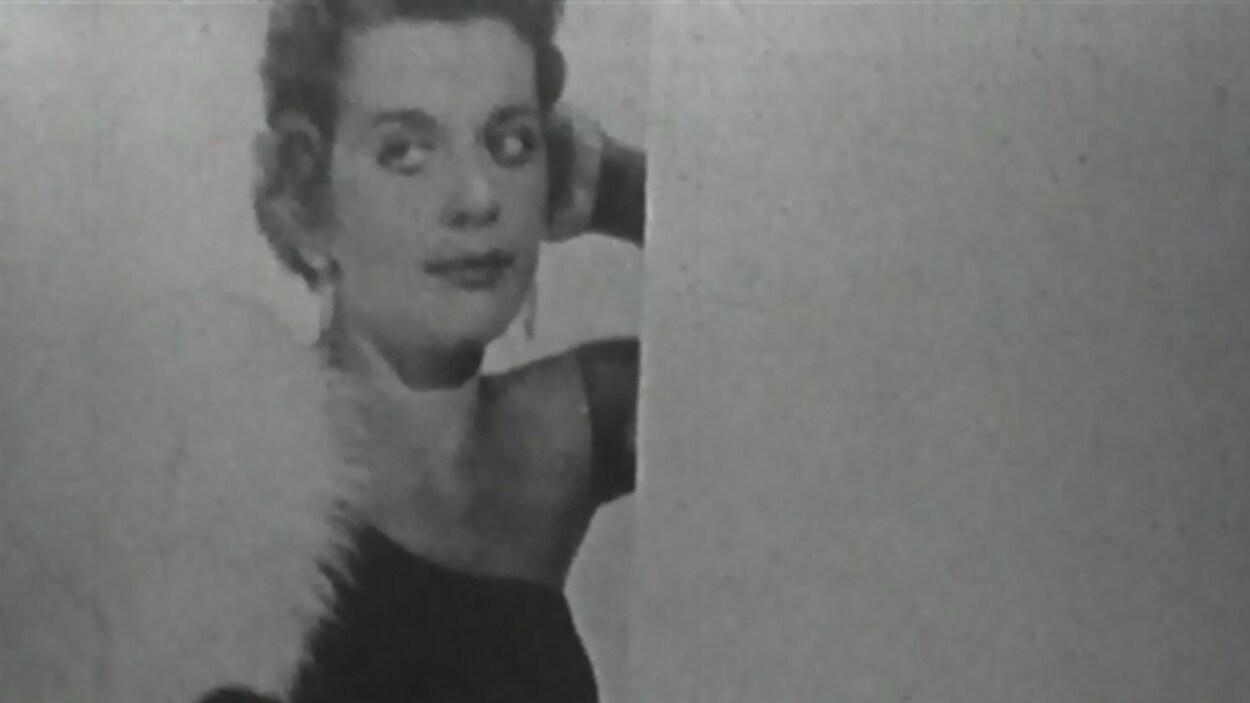 Gerda Munsinger en robe de soirée.