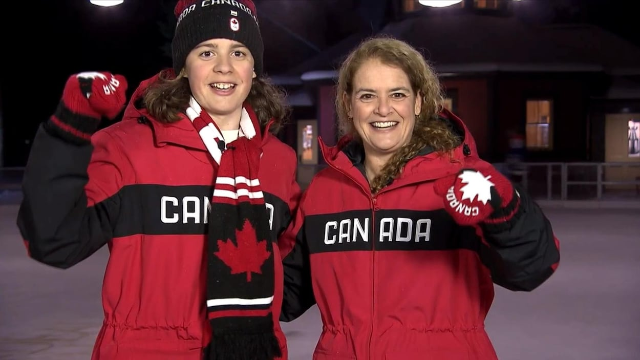 La gouverneure générale Julie Payette et son fils Laurier sur une patinoire