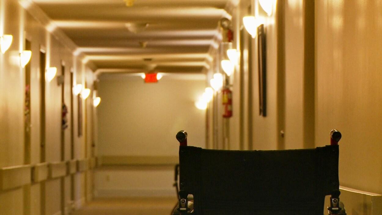 Un fauteuil roulant dans un couloir de maison de retraite.