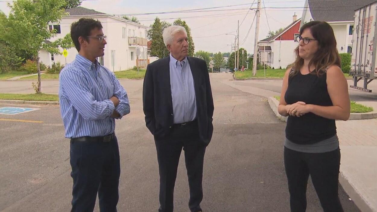 Alexis Brunelle-Duceppe et son père discute avec une employée à l'extérieur.