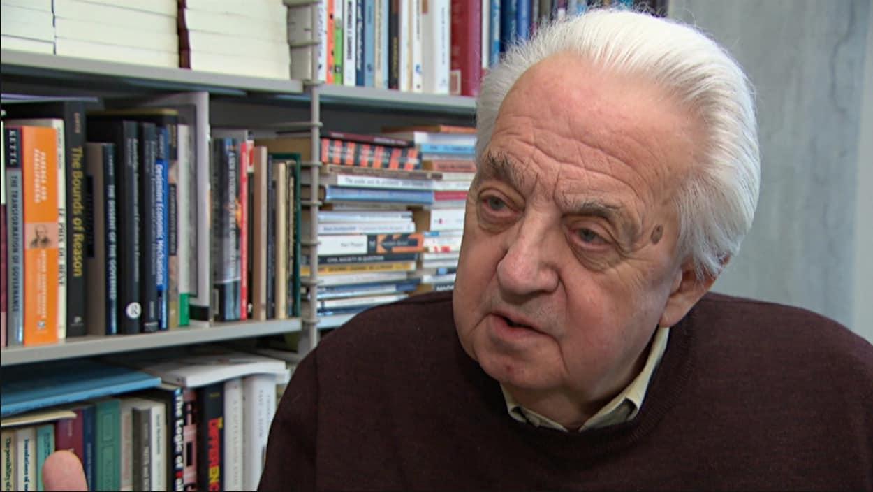 Gilles Paquet répond aux questions de la journaliste.
