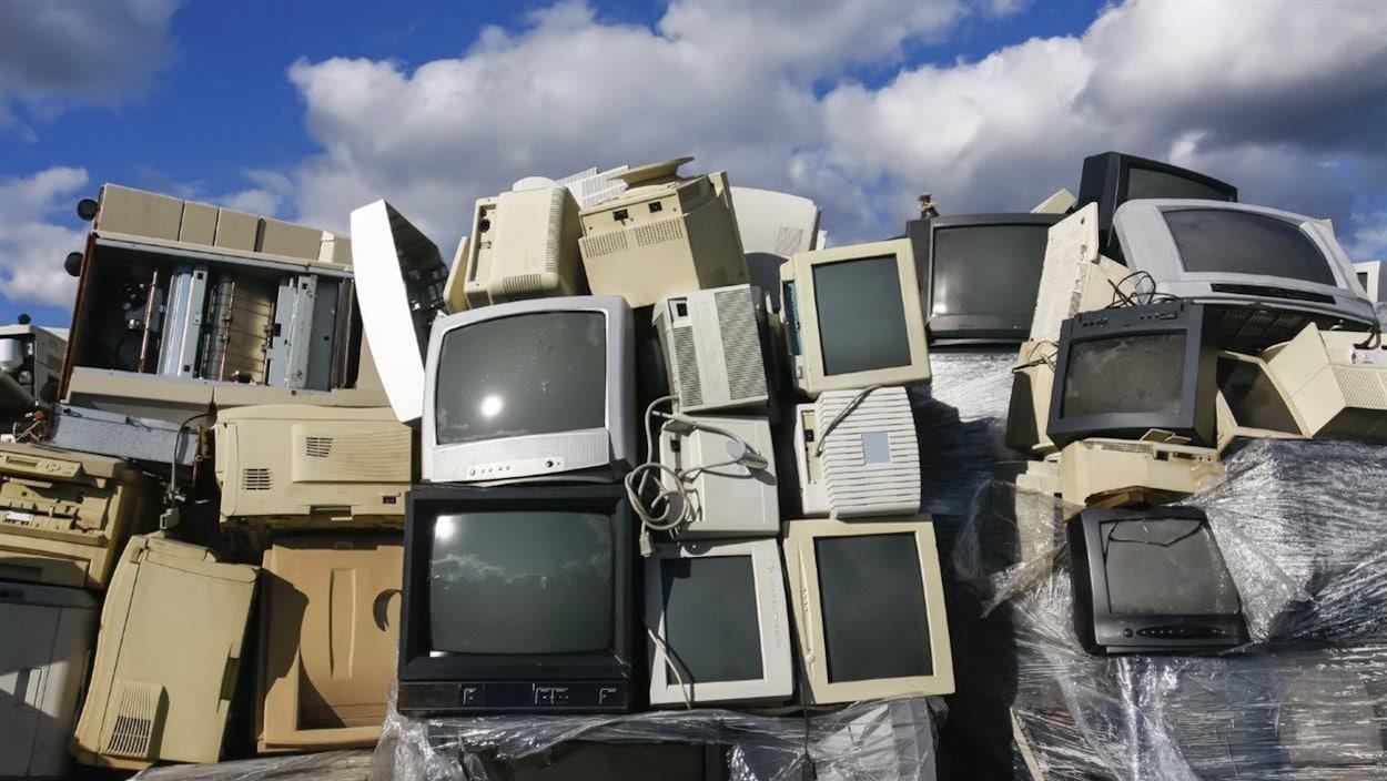 Appareils électroniques dans un dépotoir.