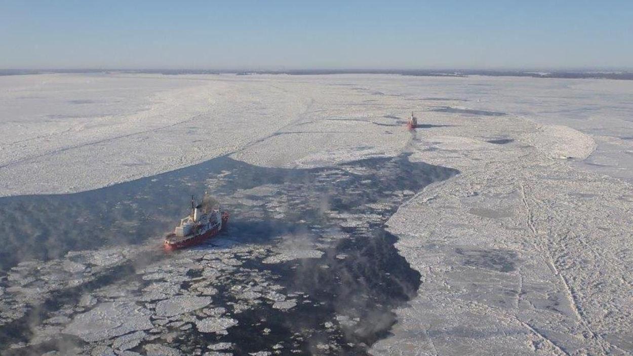 Des brise-glace sur le fleuve Saint-Laurent