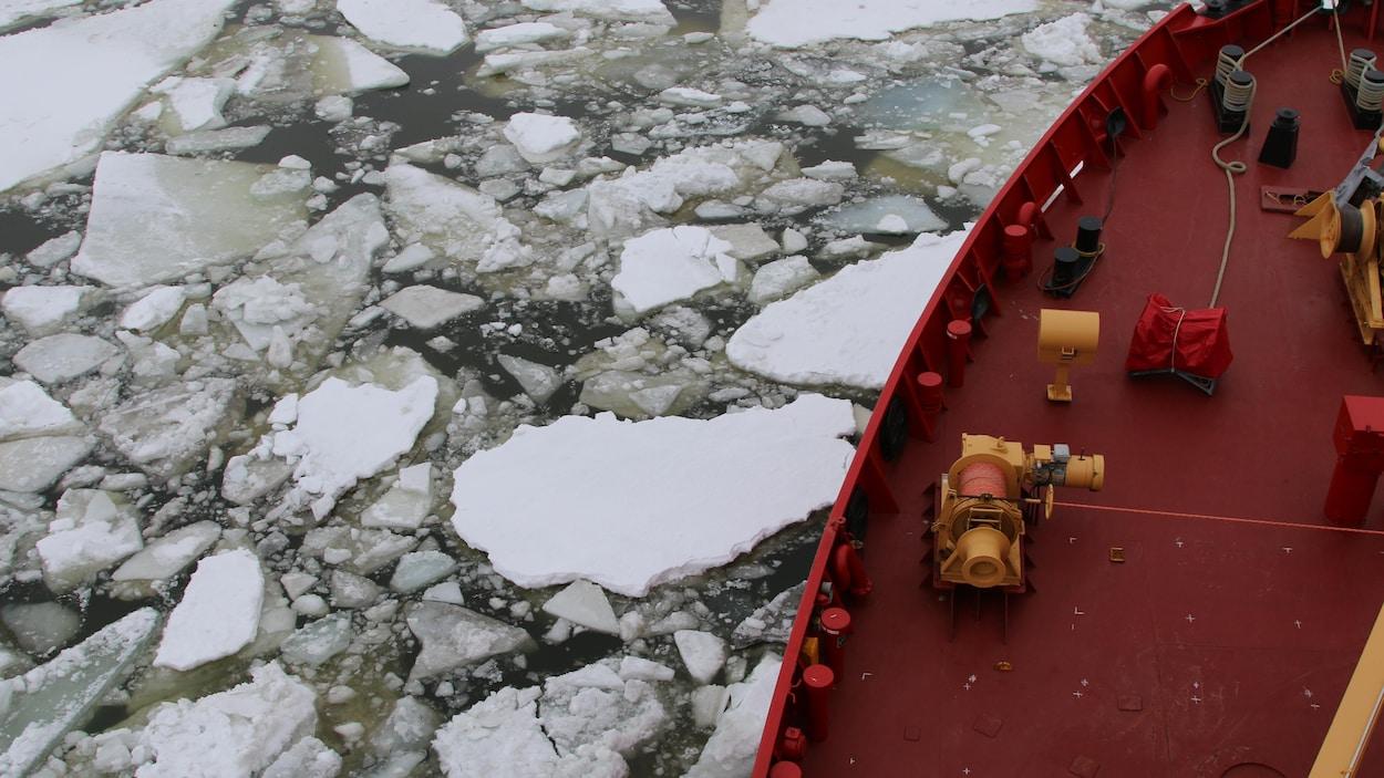 Un bateau brise les glaces.