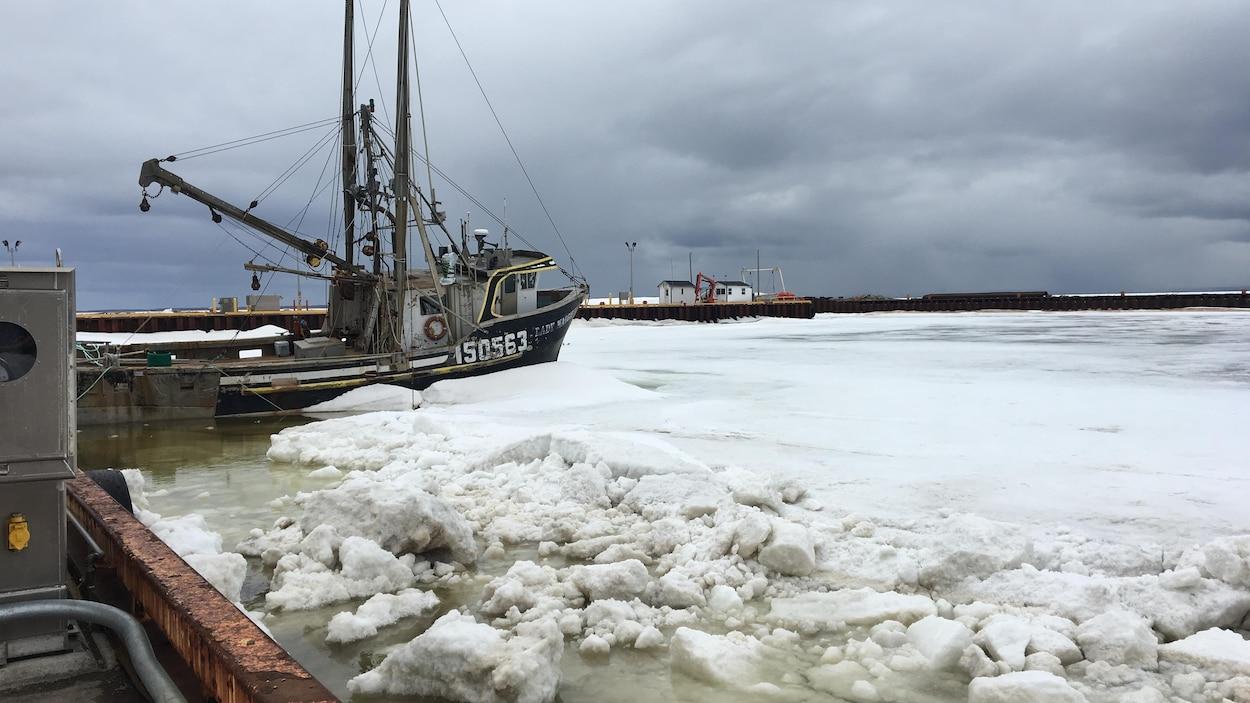 Un bateau prisonnier des glaces, au quai de Caraquet
