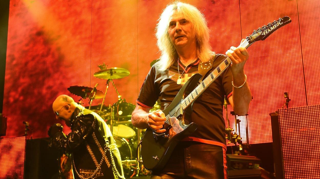 Glenn Tipton joue de la guitare lors d'un concert