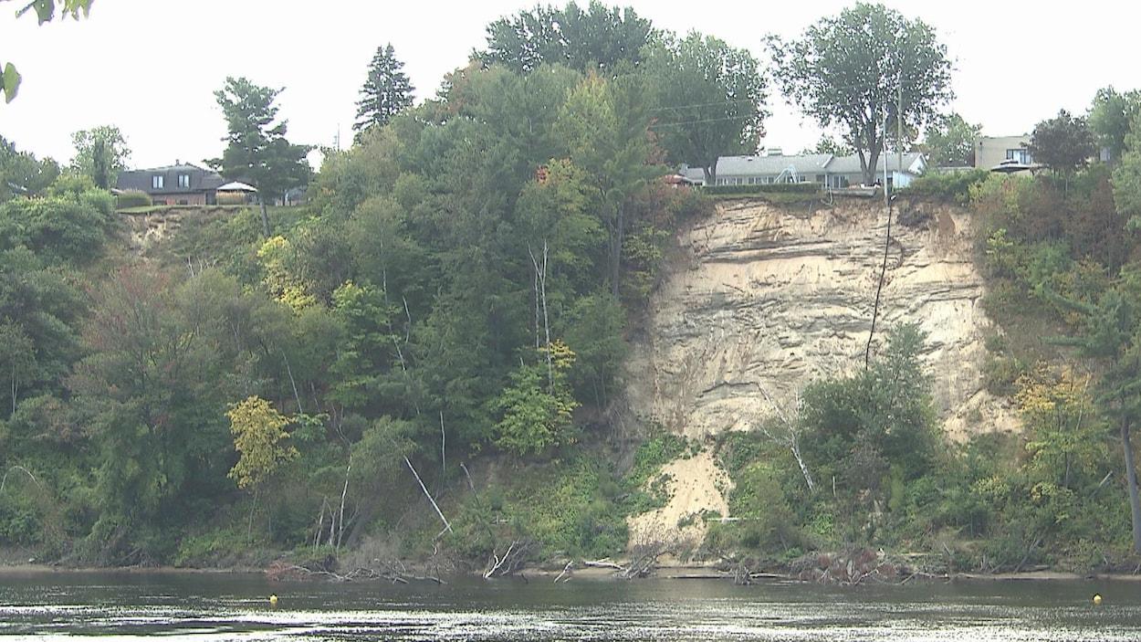 Un glissement de terrain survenu à Trois-Rivières, au bord de la rivière Saint-Maurice.