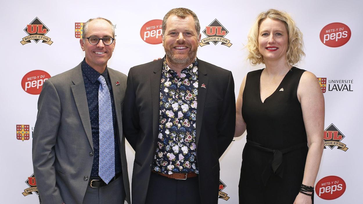 Le nouvel entraîneur-chef du Rouge et Or ski de fond, Godefroy Bilodeau, entouré du président du club, Martin Guay, et de la directrice du Service des activités sportives, Julie Dionne