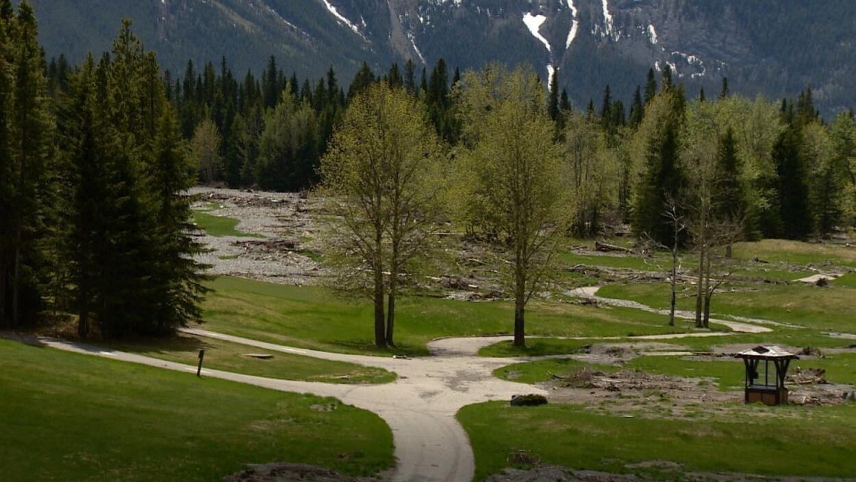 Le terrain de golf de Kananaskis est jonché de débris.