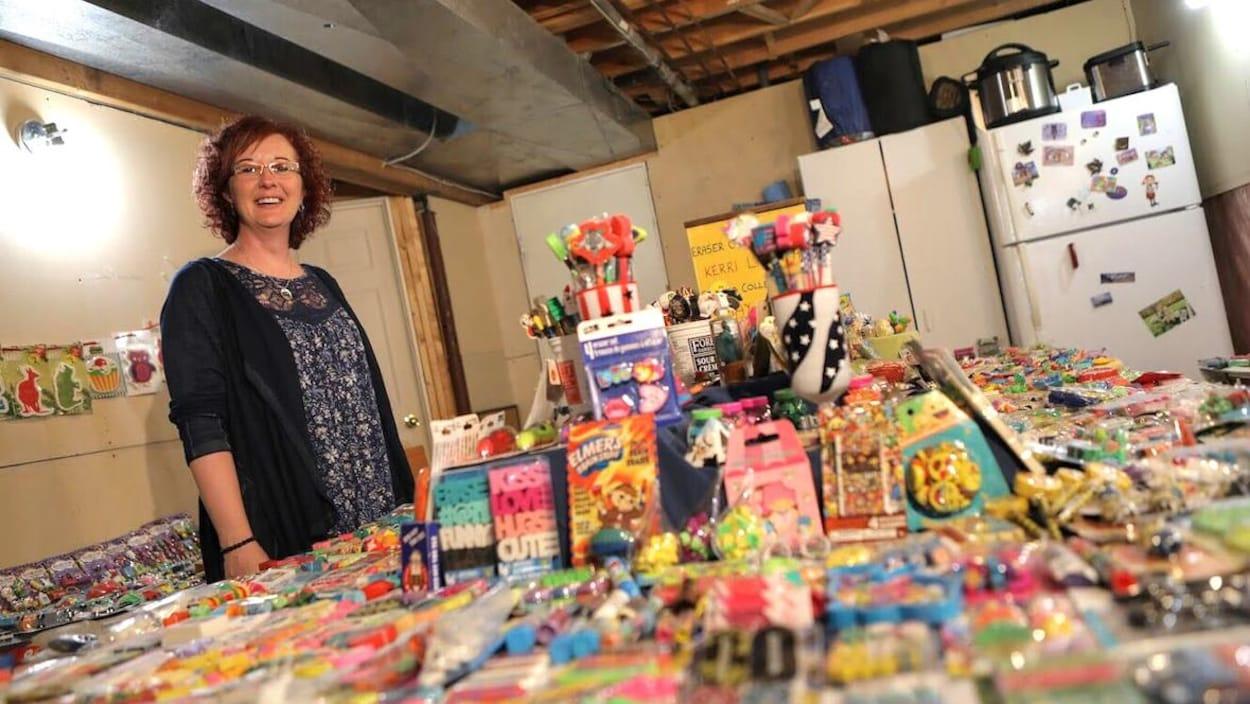 Kerri Thurman se tient devant sa collection de gommes étalée sur une grande table.