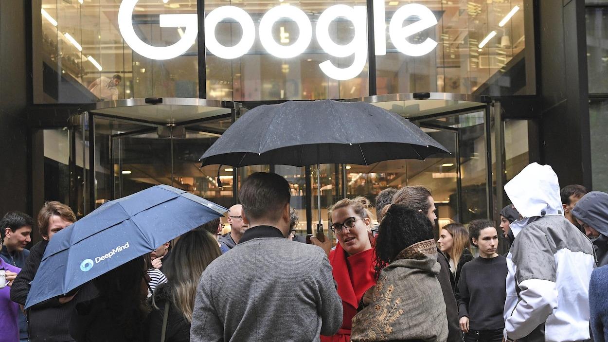 Des employés de Google en débrayage devant les bureau de l'entreprise à Londres