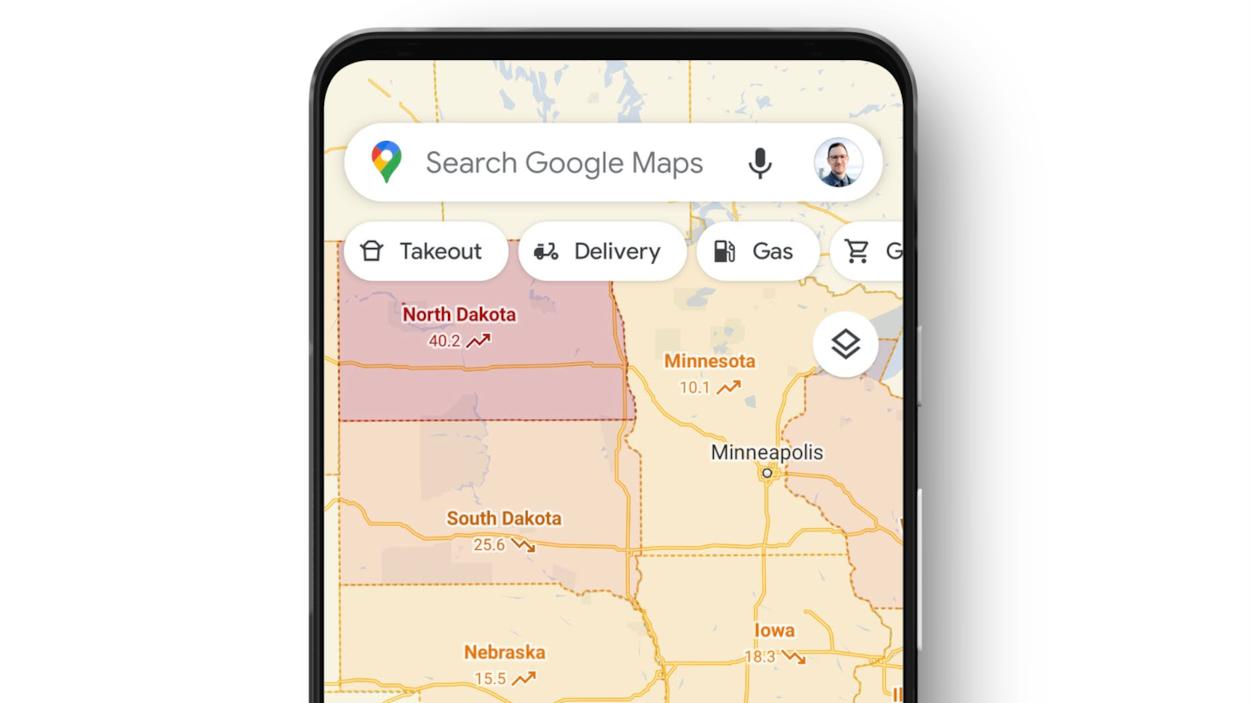 L'écran d'un téléphone intelligent affiche l'application Google Maps sur laquelle on peut voir diverses régions américaines teintées de jaune et de rouge.