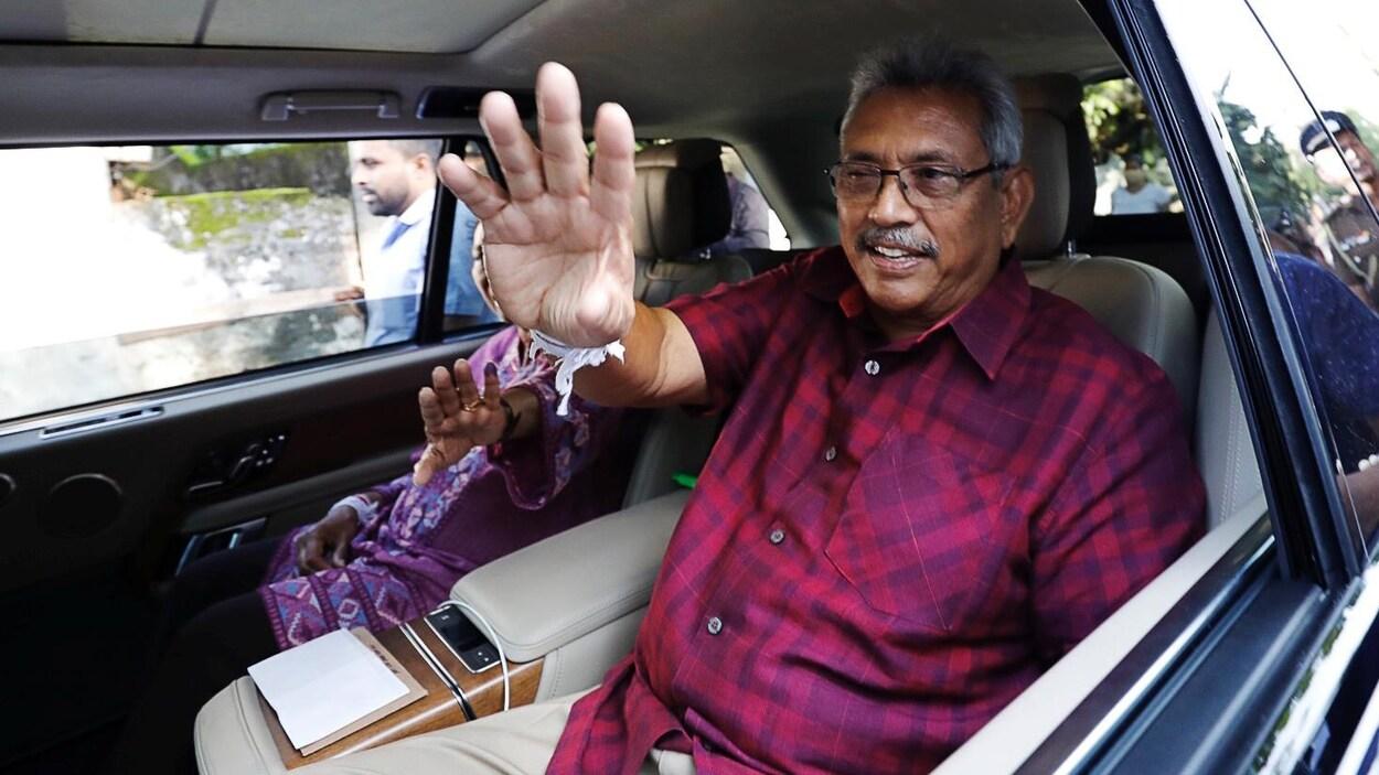 Gotabaya Rajapaksa salue les gens dans une voiture.