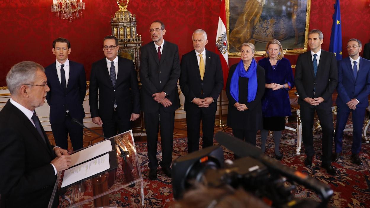 Les membres du gouvernement autrichien se tiennent devant le président fédéral.