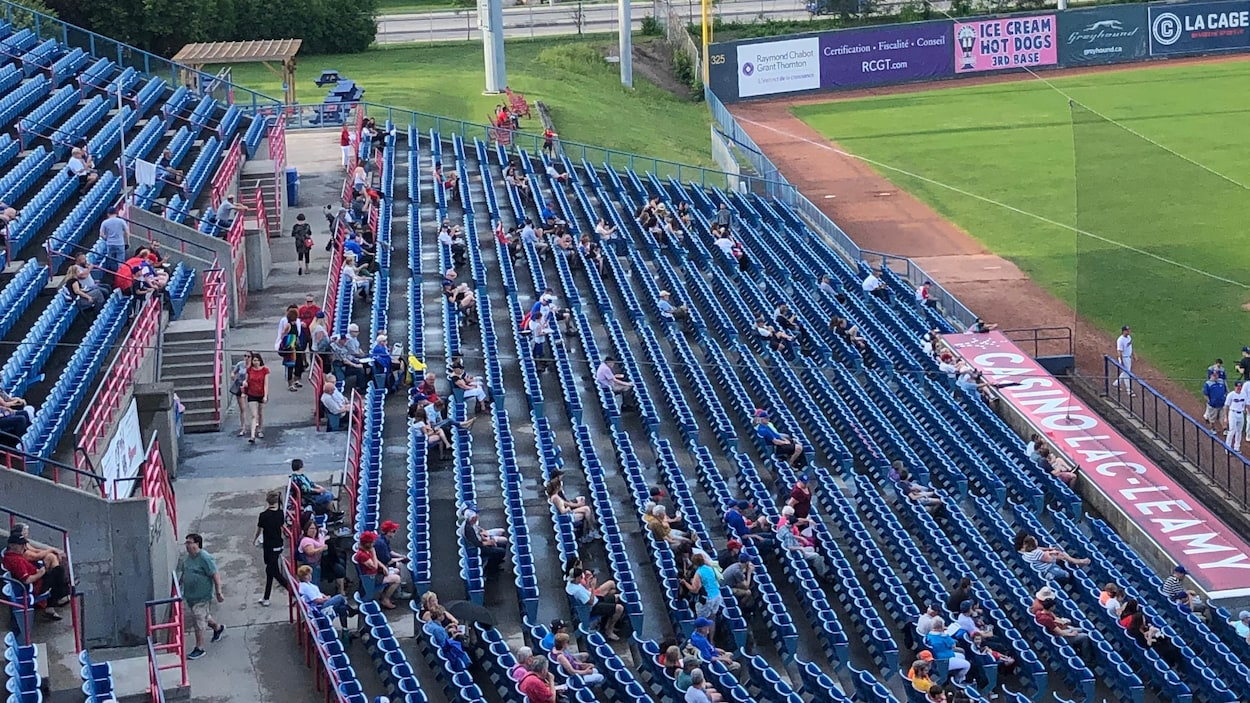 Un stade de baseball où les bancs sont presque vides