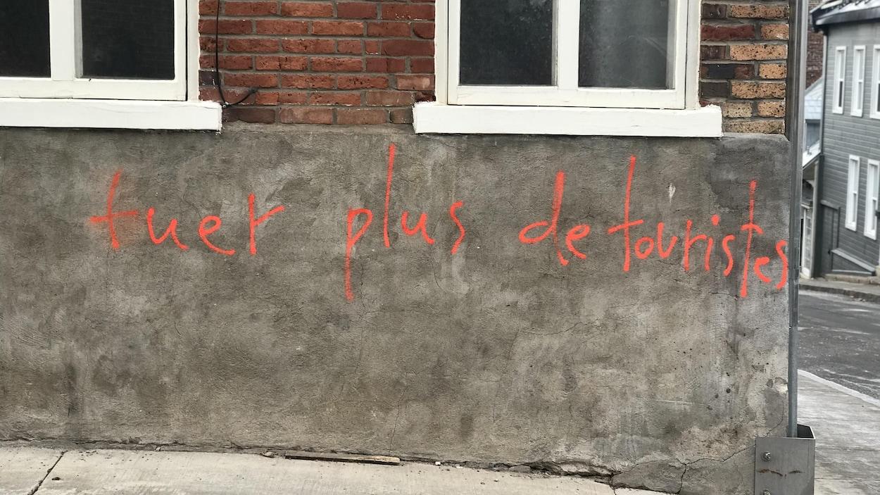 Un graffiti haineux sur un bâtiment du quartier Saint-Jean-Baptiste à Québec