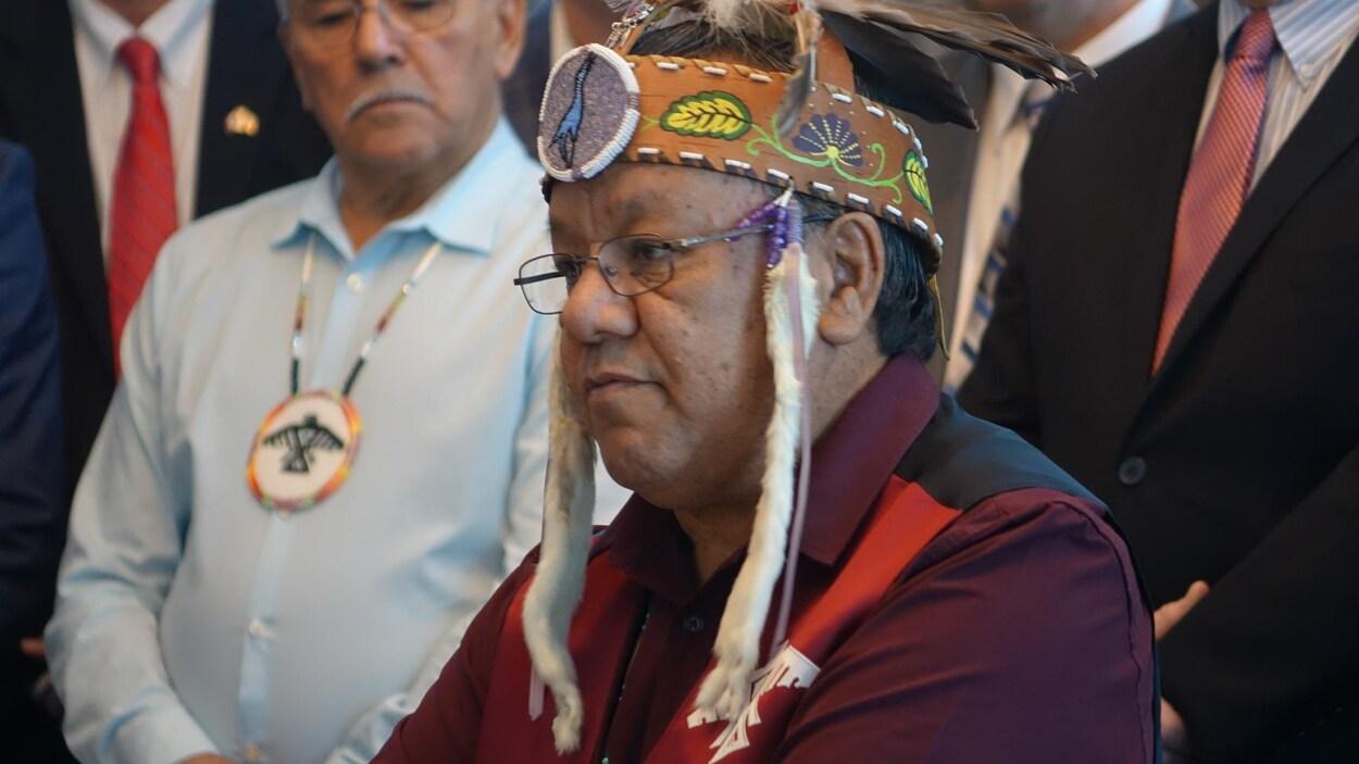 Le grand chef du grand conseil de la nation anichinabée, Glen Hare, prend la parole en conférence de presse.