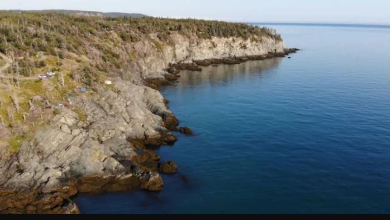 Des falaises bordées par la mer.